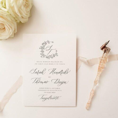 trouwkaart met moderne kalligrafie elementen