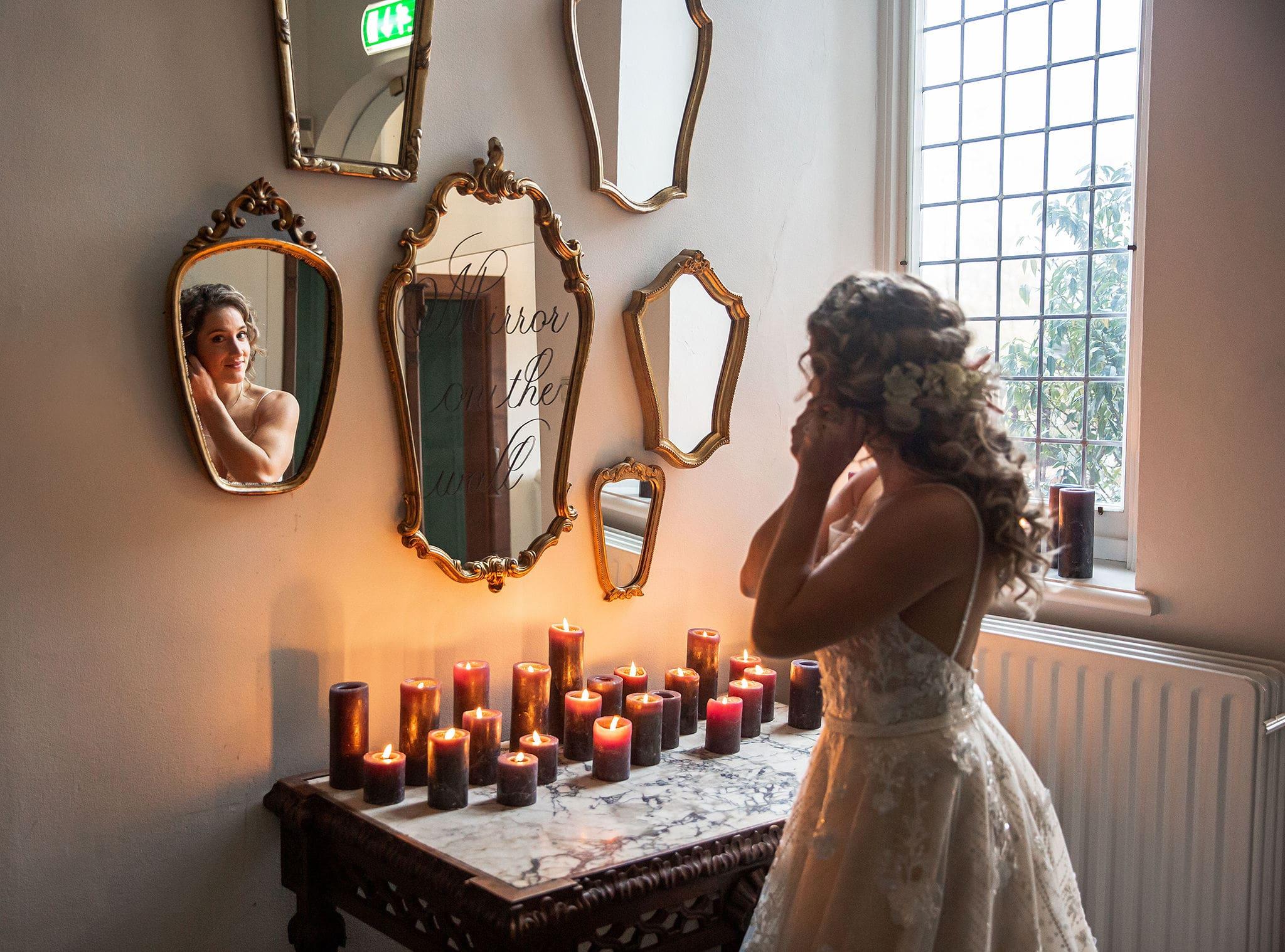 Bruid voor de spiegel
