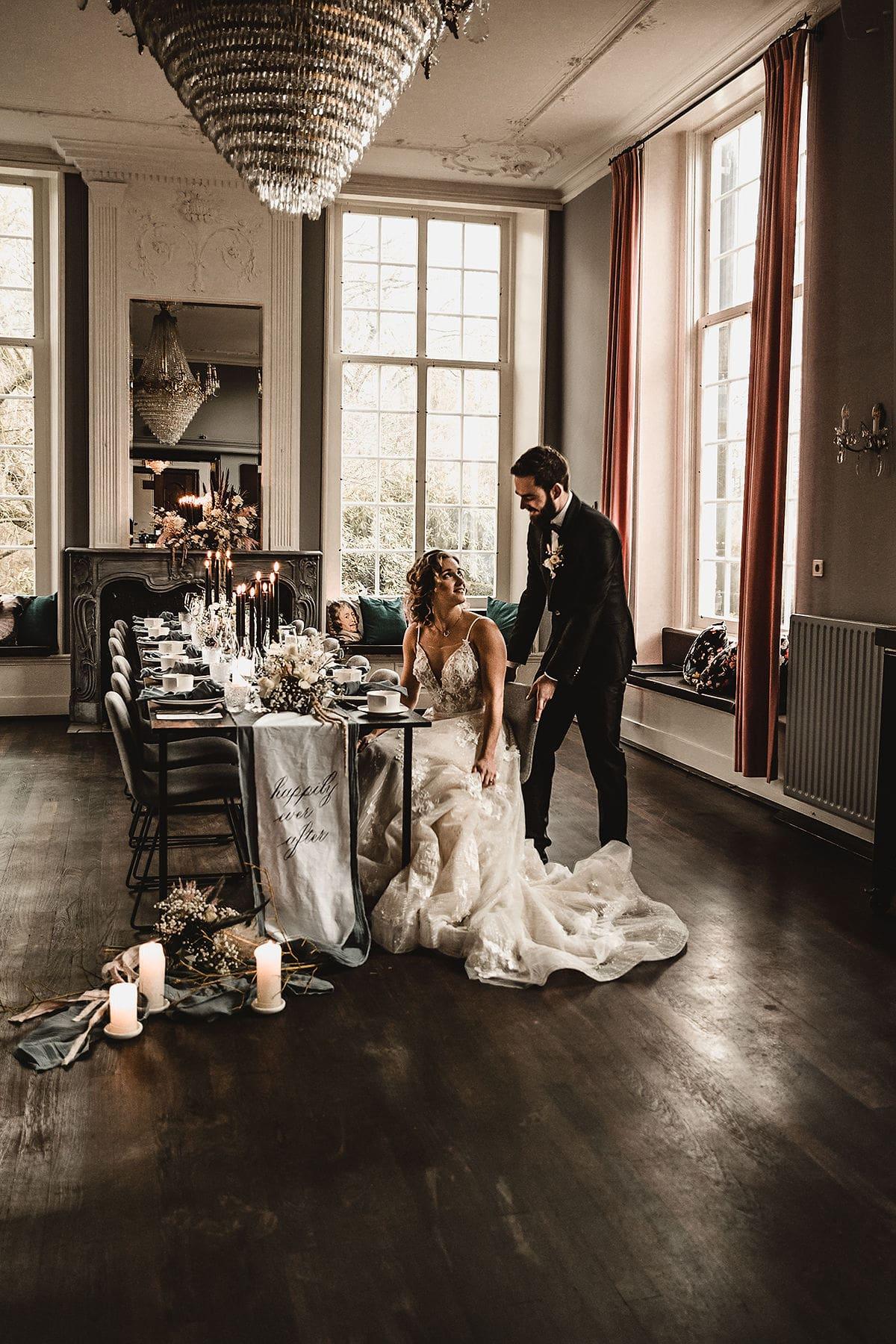 diner bruiloft met gestylde tafel met kalligrafie tafelloper