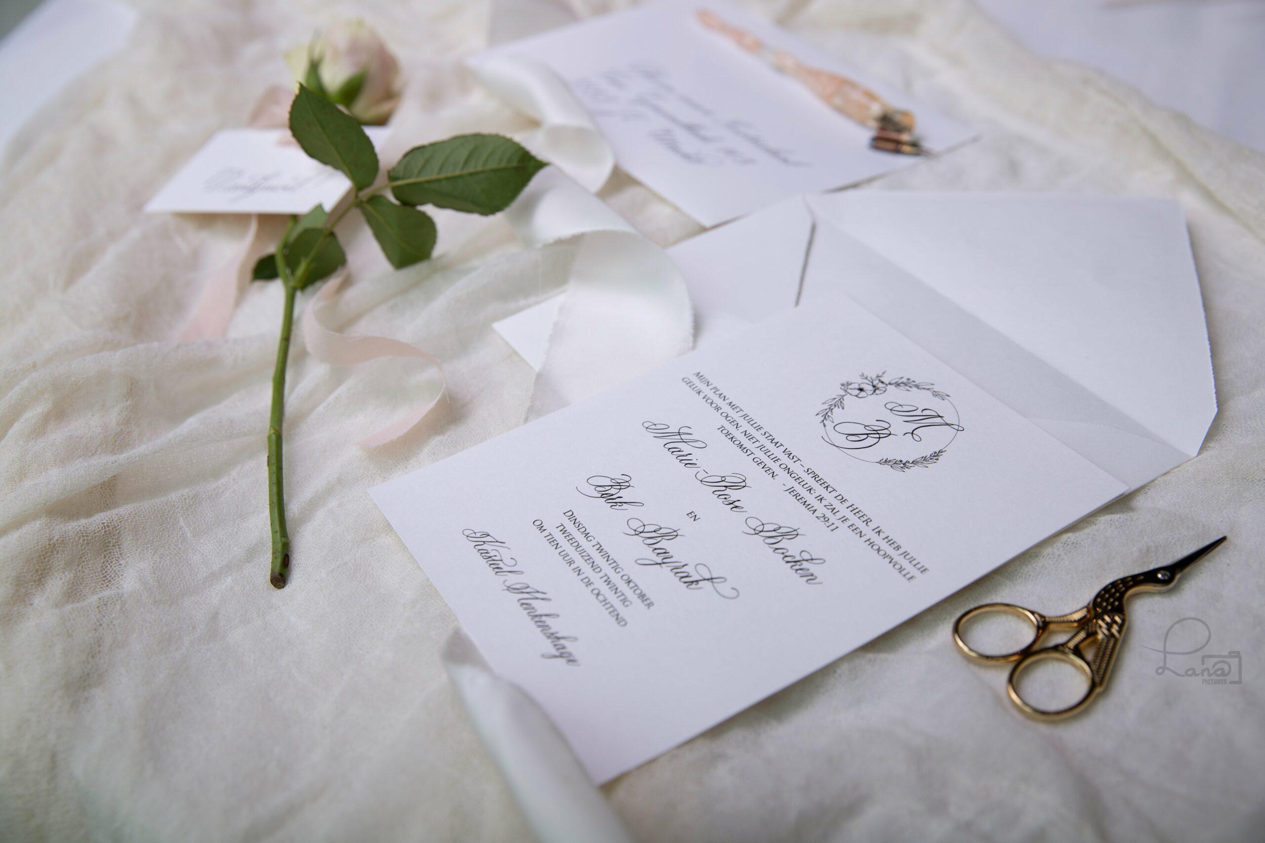 uitnodiging met klassieke kalligrafie en trouwlogo