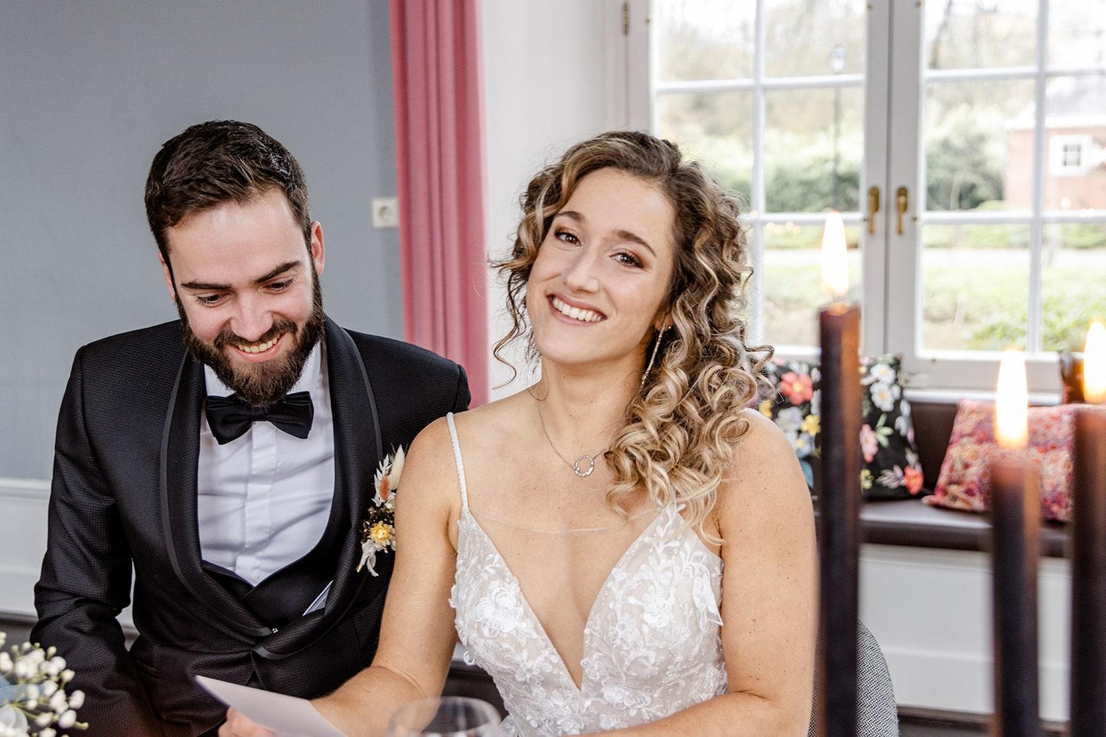 bruid en bruidegom tijdens diner met menukaart