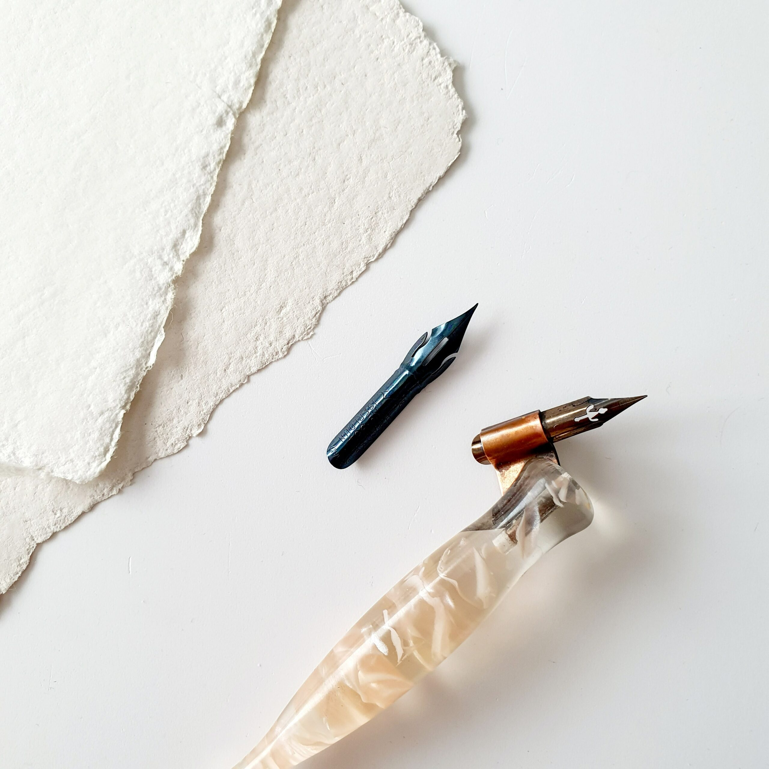 kalligraferen op handgeschept papier