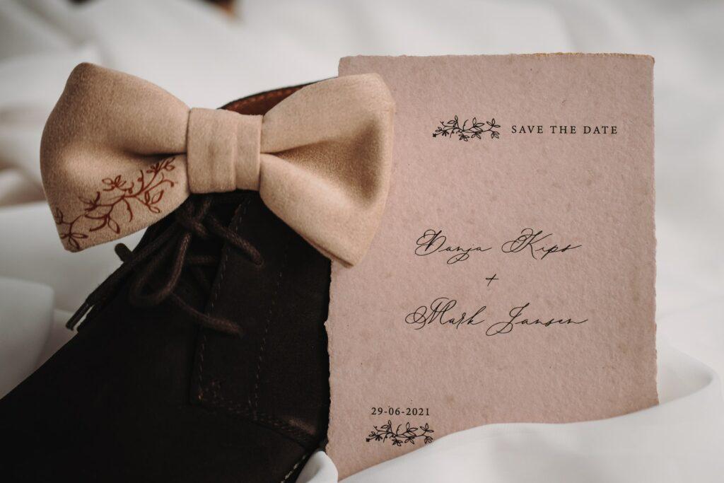 Save the date op roze handgeschept papier, met kalligrafie