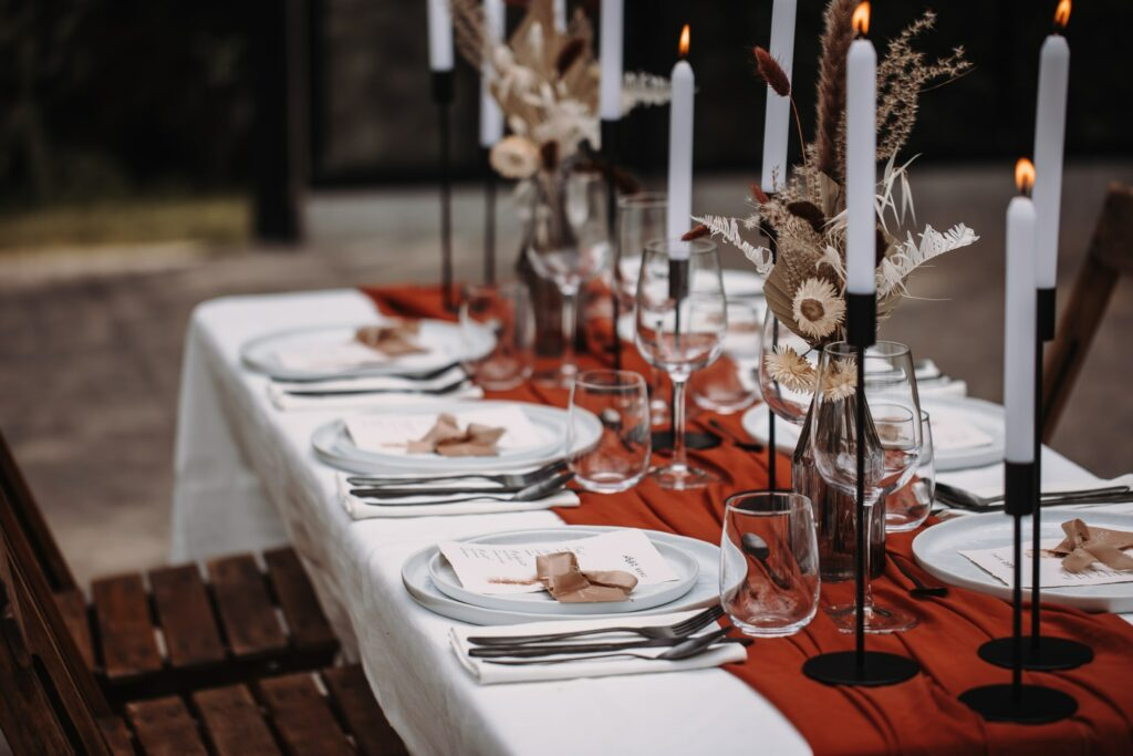 gestylde tafel met kalligrafie stationery