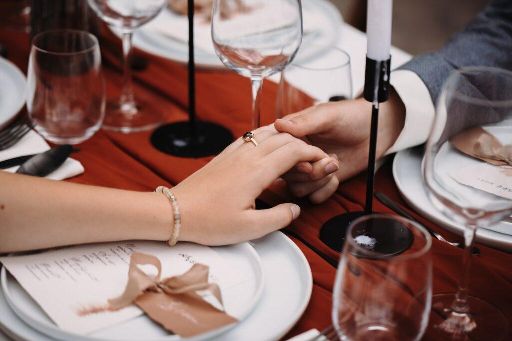 bohemnian bruiloft, hand in hand met naamkaartjes