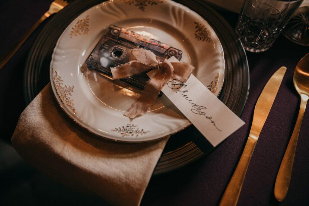 naaamkaartjes op tafel met zijde lint aan casettebandje